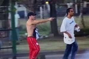 Carlos Capella disparando contra los ocupantes